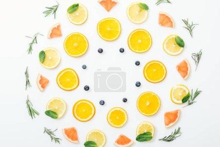 Foto de Piso con frutas cortadas y Romero sobre la superficie blanca - Imagen libre de derechos