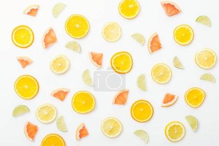 Vista superior de jugosas frutas cortadas en la superficie blanca