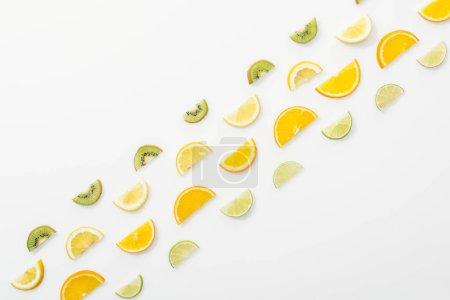 Photo pour Plat couché avec des fruits coupés juteux sur la surface blanche - image libre de droit
