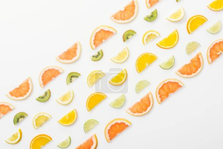 Foto de Flat Lay con jugosas frutas cortadas sobre la superficie blanca - Imagen libre de derechos