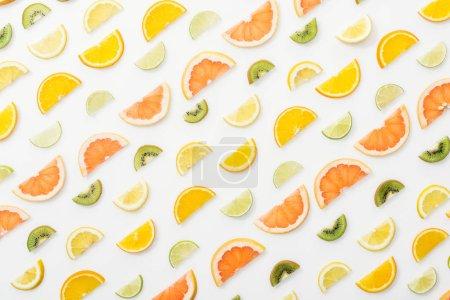 Photo pour Pose plate avec des fruits coupés juteux sur la surface blanche - image libre de droit