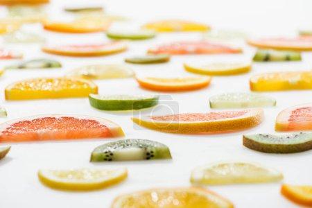 Photo pour Agrumes en tranches frais juteux sur la surface blanche - image libre de droit