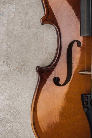 Photo pour Vue de dessus du violoncelle classique sur surface grise texturée - image libre de droit