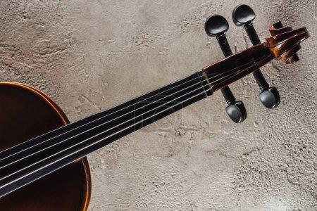 Photo pour Vue de dessus des cordes de violoncelle sur la surface texturée grise - image libre de droit