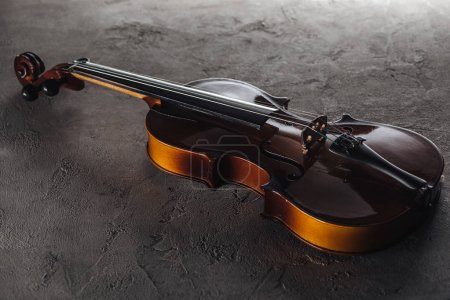 Foto de Wooden classic violoncello in darkness on textured surface - Imagen libre de derechos