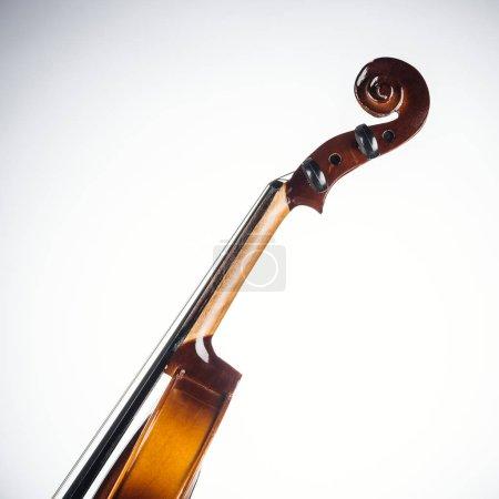 Photo pour Fermez-vous vers le haut de violoncelle classique sur le fond blanc - image libre de droit
