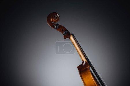Photo pour Gros plan du violoncelle classique sur fond sombre - image libre de droit