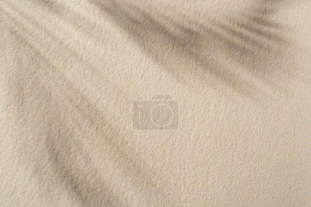Photo pour Vue de dessus de fond sablonneux beige avec l'ombre et l'espace de copie - image libre de droit