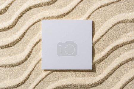 Photo pour Vue de dessus de fond sablonneux avec des vagues lisses et une carte blanche - image libre de droit