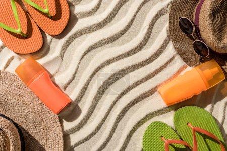 Foto de Vista superior de coloridos accesorios de playa en arena ondulada con espacio de copia - Imagen libre de derechos