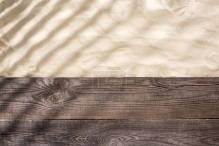 Photo pour Vue supérieure du sable et du panneau brun en bois avec des ombres et l'espace de copie - image libre de droit