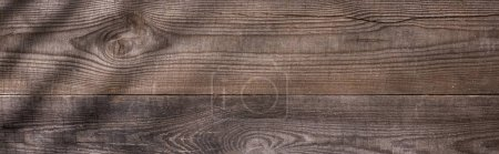 Foto de Plano panorámico de tablero marrón de madera con sombras y copiar espacio - Imagen libre de derechos