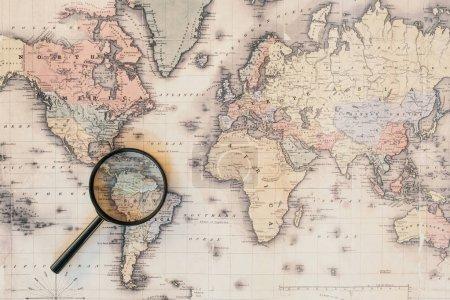 Photo pour Vue du dessus de loupe sur la carte du monde - image libre de droit