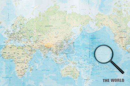 Photo pour Vue supérieure de la loupe sur la carte du monde - image libre de droit