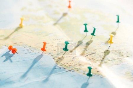 Photo pour Foyer sélectif de la carte du monde avec des broches de poussée colorées - image libre de droit