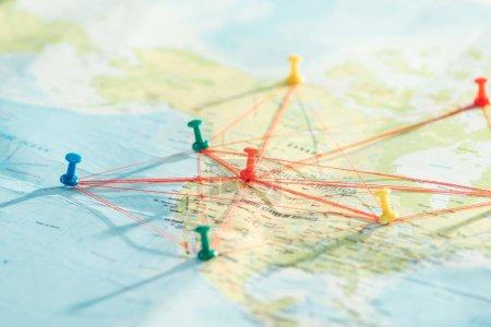 selektive Fokussierung von Push-Pins und Strings auf die Weltkarte