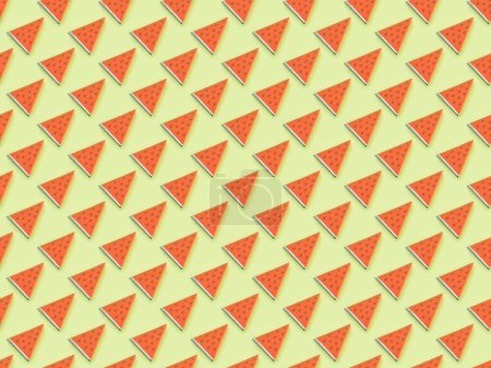 Foto de Vista superior del patrón texturizado con rodajas de sandía de papel hechas a mano aisladas en verde - Imagen libre de derechos