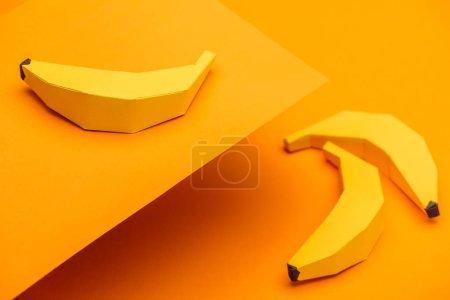Foto de Background with handmade origami bananas on orange paper - Imagen libre de derechos