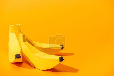 Photo pour Bananes en papier jaune sur orange avec espace de copie - image libre de droit
