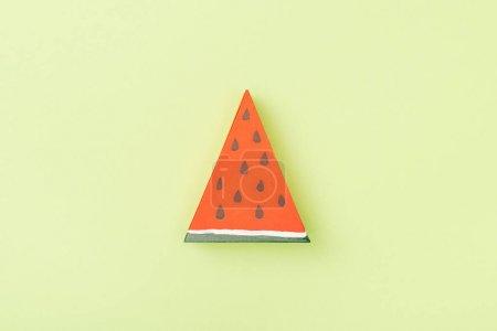 Photo pour Vue du dessus de pastèque en papier faite à la main isolé sur vert - image libre de droit