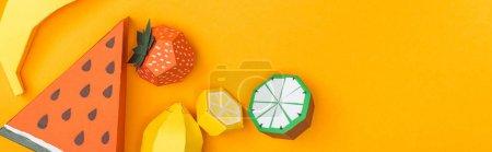 Photo pour Coup panoramique de fruits en papier faits à la main multicolores isolés sur l'orange avec l'espace de copie - image libre de droit