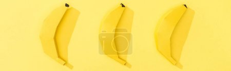 Foto de Foto panorámica de plátanos de papel hechos a mano en amarillo - Imagen libre de derechos