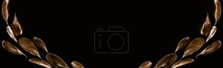 Photo pour Coup panoramique des feuilles décoratives d'or d'isolement sur le noir avec l'espace de copie - image libre de droit