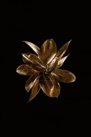 Foto de Vista superior de la flor decorativa de metal dorado aislada en negro - Imagen libre de derechos