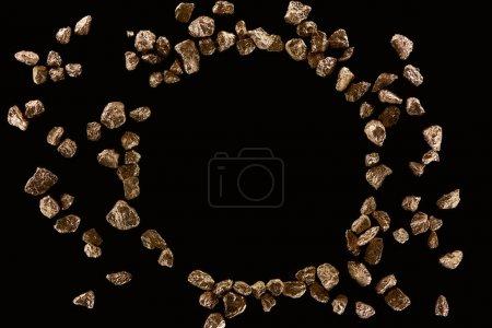 Photo pour Vue du haut du cadre rond fait de pierres d'or d'isolement sur le noir avec l'espace de copie - image libre de droit