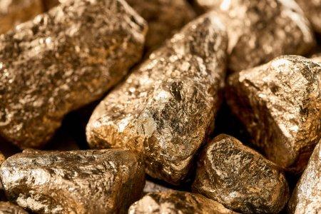 Photo pour Vue rapprochée de pierres brillantes texturées dorées en plein jour - image libre de droit