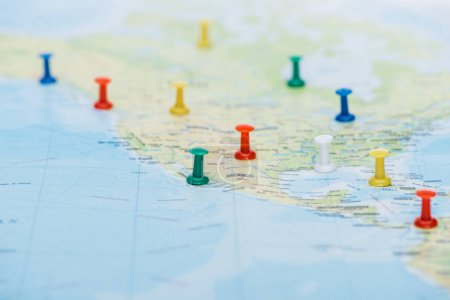 Photo pour Selective focus of colorful push pins on world map with copy space - image libre de droit