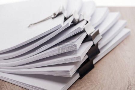 Photo pour Fermer la vue de piles de papier blanc avec des clips de liant en métal - image libre de droit