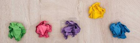 Photo pour Coup panoramique des boules de papier froissées sur la table en bois, concept de solution - image libre de droit