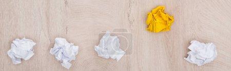 Photo pour Plan panoramique de boules de papier froissées sur table en bois, concept de solution - image libre de droit