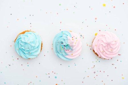 Photo pour Plan panoramique de délicieux cupcakes colorés avec des aspersions isolées sur blanc - image libre de droit