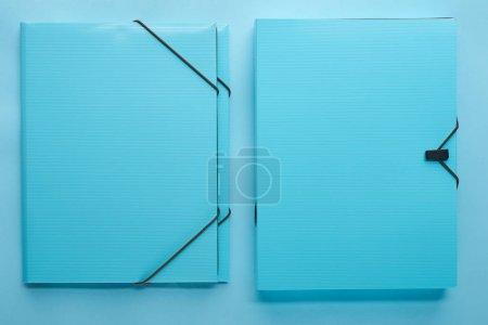 Photo pour Vue du haut des liants en papier isolés sur le bleu - image libre de droit