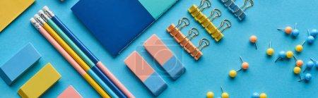 Photo pour Plan panoramique de crayons, broches et papeterie colorée isolés sur bleu - image libre de droit