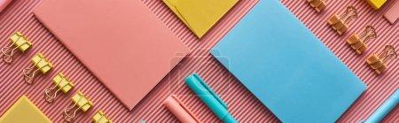 Photo pour Coup panoramique de fournitures de papeterie colorée sur rose - image libre de droit