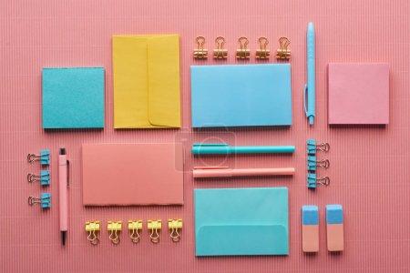 Photo pour Plat lay des approvisionnements colorés de papeterie sur le rose - image libre de droit