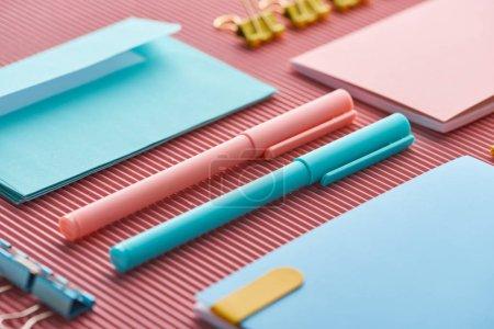 Foto de Primer plano de bolígrafos y cuadernos coloridos en rosa - Imagen libre de derechos