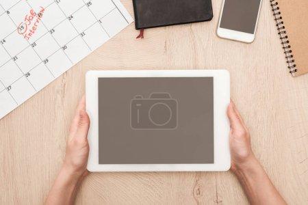 Photo pour Vue partielle du recruteur retenant la tablette numérique avec l'écran blanc au lieu de travail - image libre de droit