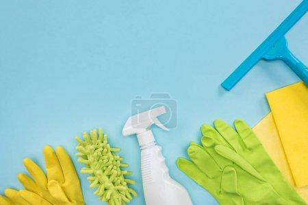 Photo pour Vue supérieure des approvisionnements de nettoyage sur le fond bleu avec l'espace de copie - image libre de droit