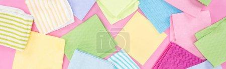 Foto de Foto panorámica de trapos coloridos dispersos desordenados sobre fondo rosa - Imagen libre de derechos