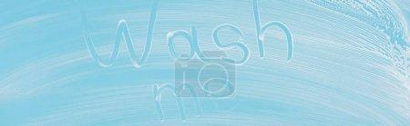 Photo pour Plan panoramique de verre recouvert de mousse blanche sur fond bleu avec lettrage wash me - image libre de droit