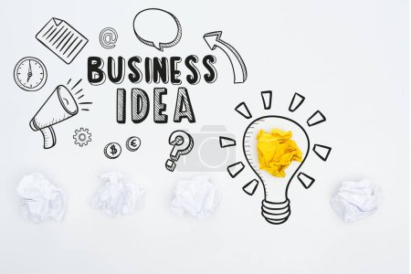 Photo pour Vue du haut de l'inscription de l'idée d'entreprise près de l'illustration et boules de papier froissées sur fond blanc, concept d'entreprise - image libre de droit