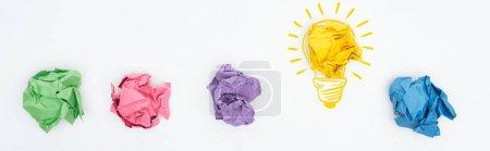 Photo pour Photographie panoramique de billes de papier multicolores et d'une illustration de l'ampoule lumineuse sur fond blanc, concept commercial - image libre de droit