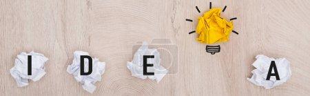 Photo pour Photo panoramique de balles de papier froissées, mot de l'idée et illustration de l'ampoule lumineuse sur la surface en bois, concept commercial - image libre de droit