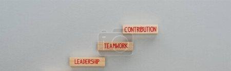 """Photo pour Photo panoramique de blocs de bois avec leadership, travail d """"équipe, mots de contribution sur fond gris, concept d'entreprise - image libre de droit"""