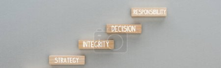 Photo pour Plan panoramique de blocs de bois avec stratégie, intégrité, décision, mots de responsabilité sur fond gris, concept d'entreprise - image libre de droit