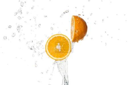 Photo pour Moitiés orange vif avec éclaboussure d'eau d'isolement sur le blanc - image libre de droit
